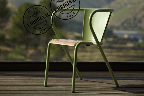5008 Portuguese chair in steel and wood; chaise portugaise 5008 en métal et bois